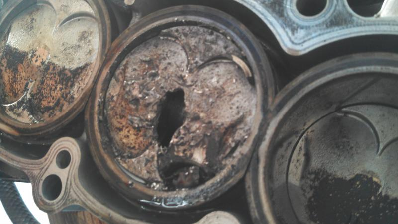Something's gone terribly wrong... (hole in piston)-img_20121103_164506_676.jpg